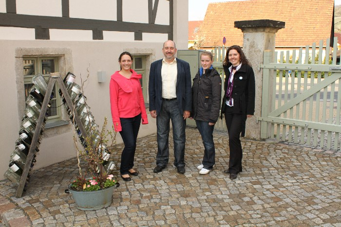 PR-Training der sächsischen Weinhoheiten 2012 (Weinkönigin Franziska Spiegelberg, Weinprinzessinnen Marie Fischer und Katharina Fritze v.l.n.r.)
