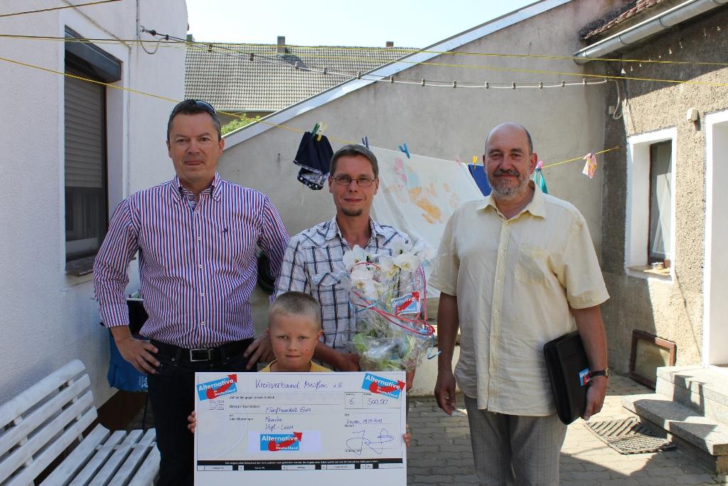 Spendenübergabe mit dem KV Meißen i.G. an eine flutgeschädigte Familie in Kreinitz. Foto: Jens Simmank