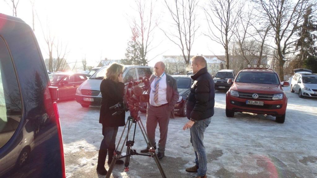 Pressebetreuung von Anja Chalet (ZDF) zum Parteitag in Groitsch. Foto: Ralf Nahlob