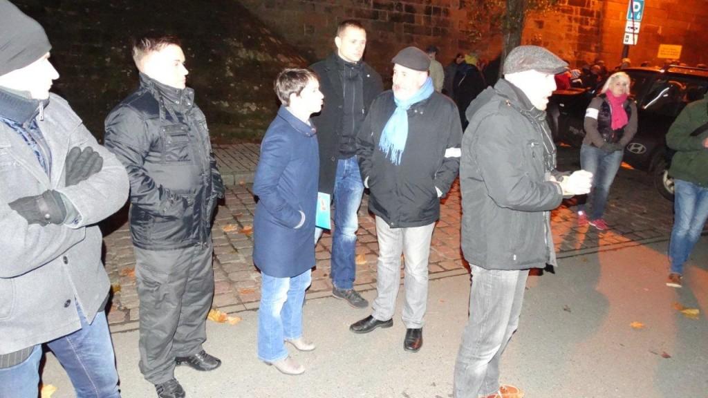 Frierende Chefin und frierender Vize vor einer Demo in Pirna. Foto: Tobias Fuchs