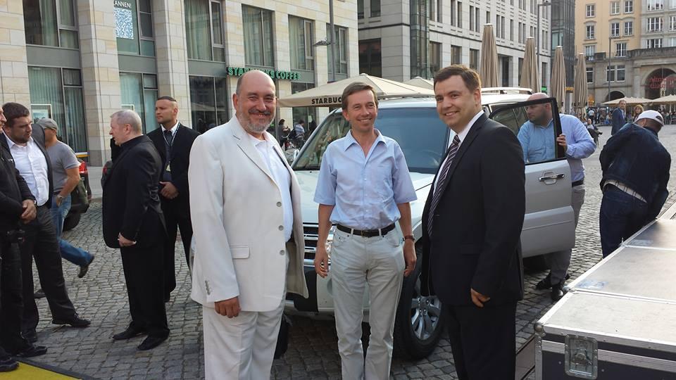 Vor Bernd Luckes Auftritt in Dresden. Foto: Olaf Hentzschel