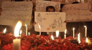 Trauer in Peschawar. Quelle: http://www.tagesspiegel.de/politik/nach-dem-anschlag-auf-schule-in-peschawar-der-11-september-pakistans/11134514.html