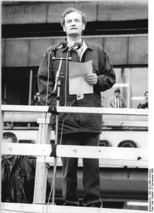 Friedrich Schorlemmer am 4.11.89 in Berlin. Quelle: http://upload.wikimedia.org/wikipedia/commons/4/42/Bundesarchiv_Bild_183-1989-1104-038%2C_Berlin%2C_Demonstration%2C_Rede_Friedrich_Schorlemmer.jpg