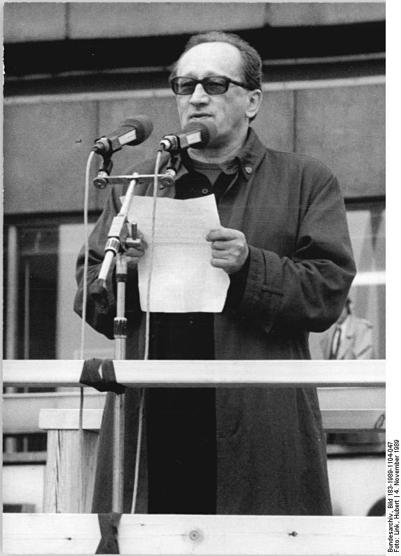 Müller spricht bei der Berliner Großdemonstration am 4. November 1989