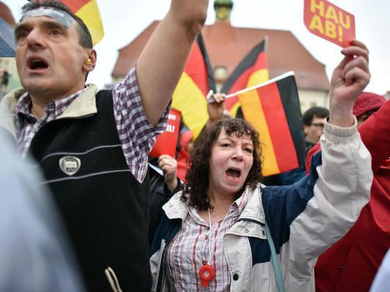Protest in Finsterwalde. Quelle: http://static.wn.de/var/storage/images/wn/startseite/welt/politik/2972191-protest-und-hasstiraden-hau-ab-merkels-schwere-wahlkampfauftritte-im-osten/86828521-3-ger-DE/Protest-und-Hasstiraden-Hau-ab-Merkels-schwere-Wahlkampfauftritte-im-Osten_image_630_420f.jpg