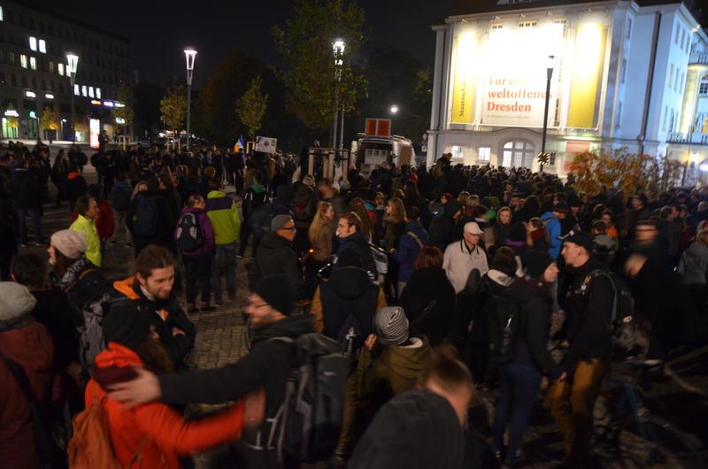 Anti-Pegida-Protest 26.10.2015. Quelle http://www.dnn.de/Dresden/Fotostrecken-Dresden/Pegida-und-Gepida-am-26.10.2015#n12665878-p22