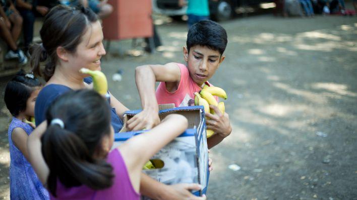 Bananen für Flüchtlinge. Quelle: http://www.rbb-online.de/content/dam/rbb/rbb/Bilder%20Infoportal-------/2015/201508/Bildfunk-aktuell/60706484.jpg.jpg/size=708x398.jpg