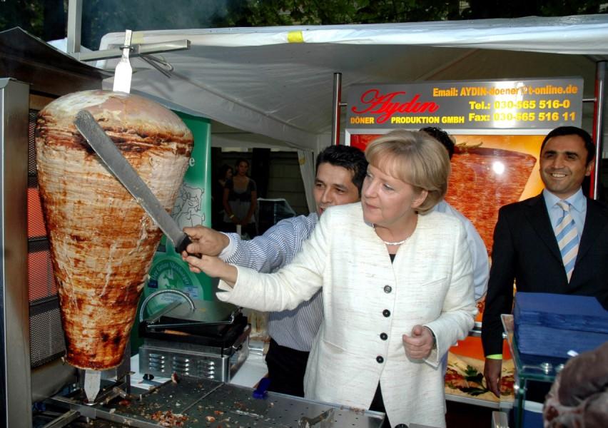 A. Merkel mit Döner. Quelle: Süddeutsche.de
