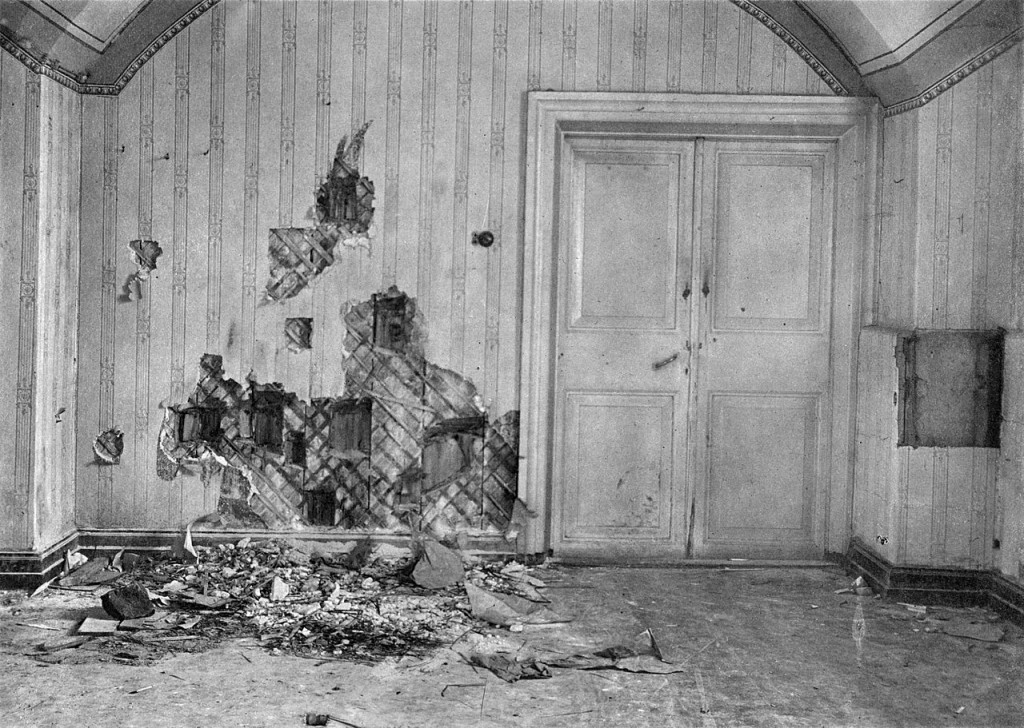 Keller nach der Bluttat. https://de.wikipedia.org/wiki/Ermordung_der_Zarenfamilie#/media/File:Ipatyev_house_basement.jpg
