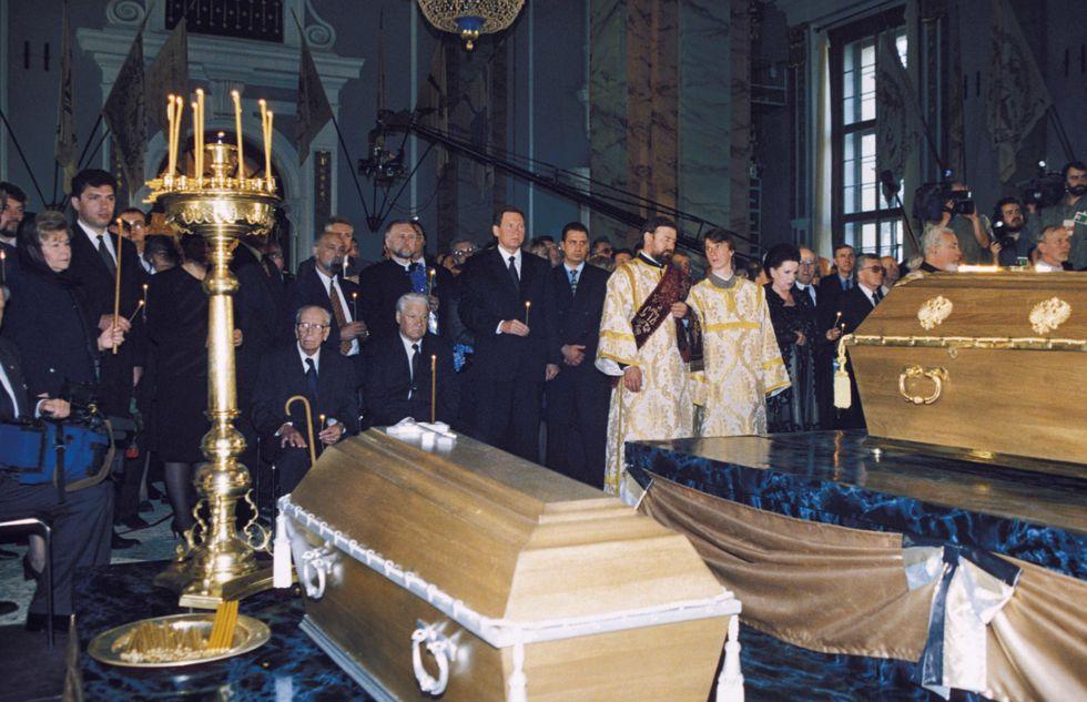 Romanow-Begräbnis. Quelle: https://hips.hearstapps.com/toc.h-cdn.co/assets/16/40/4000x2586/gallery-1475677457-romav-burial.jpg?resize=980:*