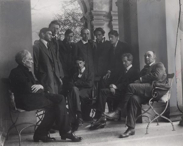 Teil des George-Kreises in Heidelberg 1919. Quelle http://www.ub.uni-heidelberg.de/bilder/ausstellung/gothein2014/virtuelleausstellung/exponate/sektion2/II_06f.jpg