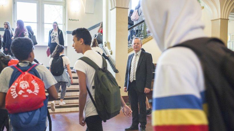 Michael Rudolph begrüßt seine Schüler. Quelle: https://img.morgenpost.de/img/politik/crop214757423/8202601917-w820-cv16_9-q85/ABA-1109.jpg