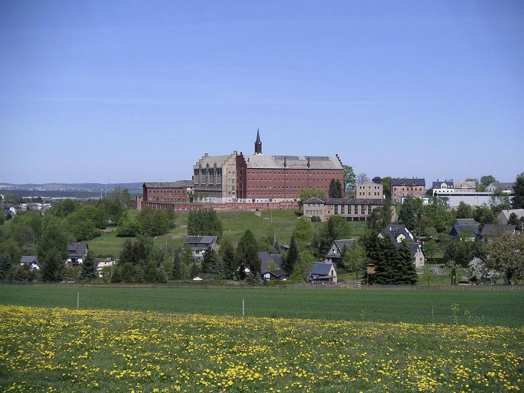 ehemaliges Frauengefängnis Hoheneck. Quelle: https://de.wikipedia.org/wiki/Hoheneck_(Gef%C3%A4ngnis)#/media/File:Hoheneck-stollberg.jpg