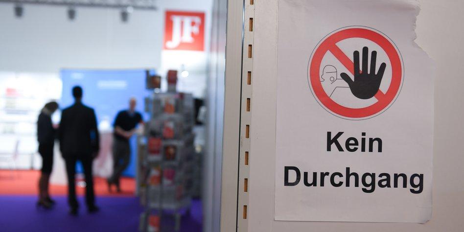 JF-Stand auf der Buchmesse Frankfurt. Quelle: http://www.taz.de/picture/3085463/948/Anne-Dedert-rechte-verlage-frankfurter-messe-hinten-im-rechten-eckchen-dpa.jpeg