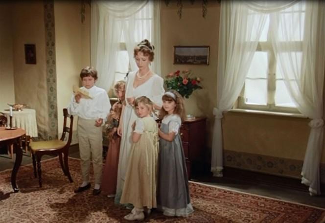 "Susette mit Kindern in ""Hälfte des Lebens"". Quelle: https://www.filmfriend.de/media/catalog/product/cache/8/image/700x456/17f82f742ffe127f42dca9de82fb58b1/h/_/h_lfte-des-lebens_12.jpg"
