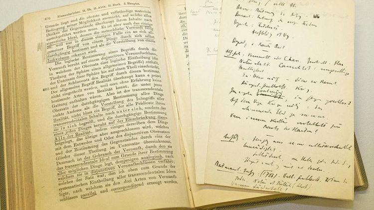 """Lesespuren: Jaspers` Exemplar von Kants """"Kritik der reinen Vernunft"""". Quelle: https://uol.de/fileadmin/_processed/c/0/csm_Jaspers_fuer_Web_8a765c0a1a.jpg"""