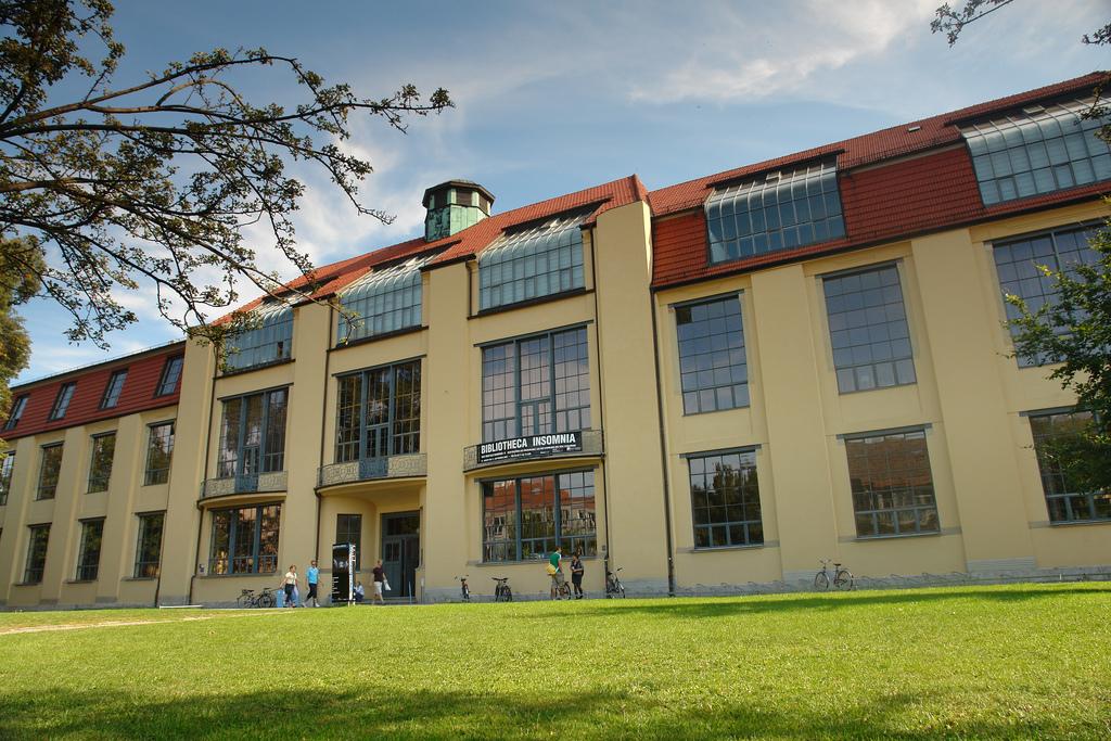 Bauhaus Weimar. Quelle: https://de.wikipedia.org/wiki/Bauhaus#/media/File:Bauhaus_weimar.jpg