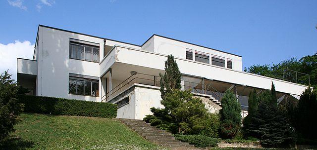 """""""Villa Tugendhat"""" von van der Rohe. Quelle: https://architekten-scout.com/wordpress/wp-content/uploads/2015/06/640px-Villa_Tugendhat-20070429.jpeg"""