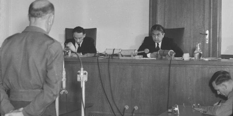 """Prozeß gegen Spione der """"Freiheitlichen Juristen"""" in der DDR. Quelle: http://www.taz.de/picture/2728590/948/Bundesarchiv_Bild_183-15600-0005__Prozess_gegen_Spione_der_.jpeg"""