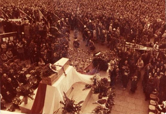 Beerdigung von Jerzy Popiełuszko. Quelle: https://de.wikipedia.org/wiki/Jerzy_Popie%C5%82uszko#/media/File:Funeral_Popieluszko_Europeana_(31).jpg