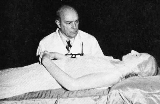 Perón mit dem spanischen Pathologen Pedro Ara, der ihren Leichnam konservierte. Quelle: https://www.wienerzeitung.at/_em_daten/_cache/image/1xCTUhjlVgVpGN9bjmhKcH-7Y8gTyEOaVXHzKu2LbwRi_Zk3inzj1uyFIuL4h81DPL5JHR82BRt178_Jl2c0dMIdXpmbRNtSSldttyArsu-z8/120719-1550-948-0008-289733-2107etote.jpg