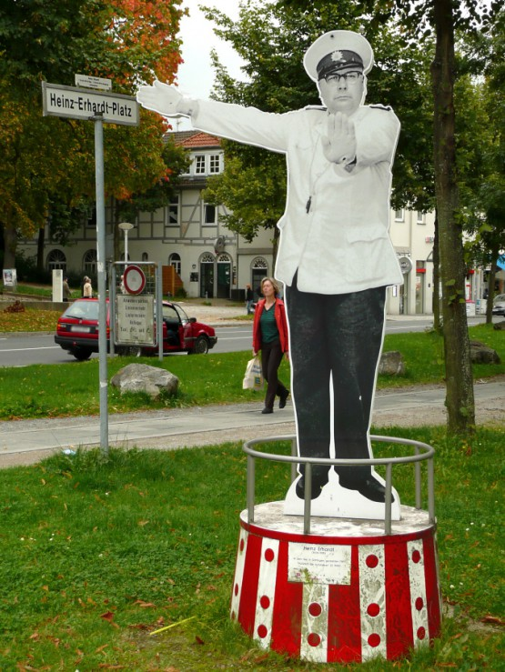 Heinz-Ehrhardt-Platz. Quelle: Heinz-Ehrhardt-Platz. Quelle: https://upload.wikimedia.org/wikipedia/commons/9/9b/Heinz_Erhardt_Denkmal_G%C3%B6.jpg