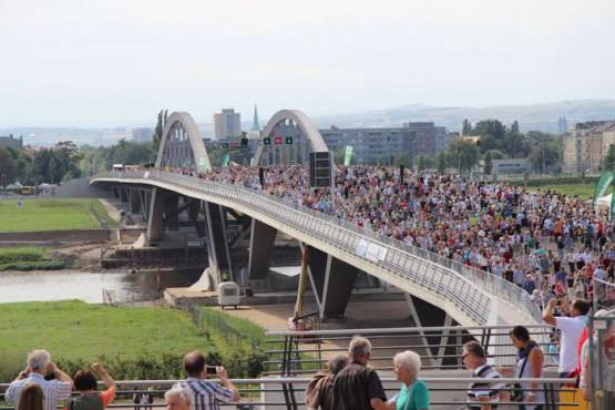 Waldschlößchenbrücke: Einweihung. Quelle: https://www.golocal.de/media/bdf63aec3198a44e042c566e6a6edcd4/700/5db961317e633da9.jpg