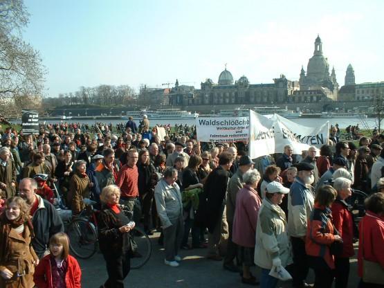 Brückenprotest in Dresden. Quelle: https://de.wikipedia.org/wiki/Dresdner_Br%C3%BCckenstreit#/media/File:Welterbedemo250307.jpg
